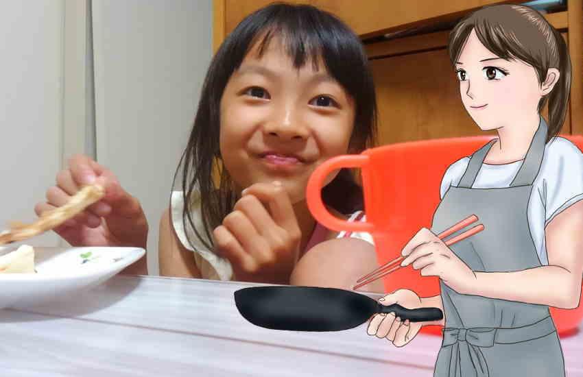 習い事で帰りが遅い子供に夕食を食べさせる母親
